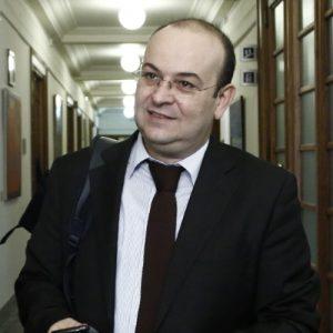 Ο υφυπουργός παρά τω Πρωθυπουργώ Δημήτρης Λιάκος (Δ) εισέρχεται για την σύσκεψη του υπουργικού συμβουλίου, στη Βουλή, Αθήνα Κυριακή 6 Νοεμβρίου 2016.  «Τομή μέσα στη συνέχεια» χαρακτήρισε τον ανασχηματισμό εισαγωγικά στην ομιλία του ο πρωθυπουργός Αλέξης Τσίπρας ενώπιον του νέου Υπουργικού Συμβουλίου. Καλωσορίζοντας όλα τα μέλη του, νέα και παλαιά, είπε για τους τελευταίους ότι «ο ρόλος τους τώρα είναι κρισιμότερος και δυσκολότερος από πριν». ΑΠΕ-ΜΠΕ/ΑΠΕ-ΜΠΕ/ΓΙΑΝΝΗΣ ΚΟΛΕΣΙΔΗΣ